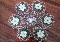 Салфетка с лилиями, связанная крючком