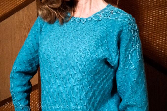 Голубой свитер с отделкой ирландским кружевом